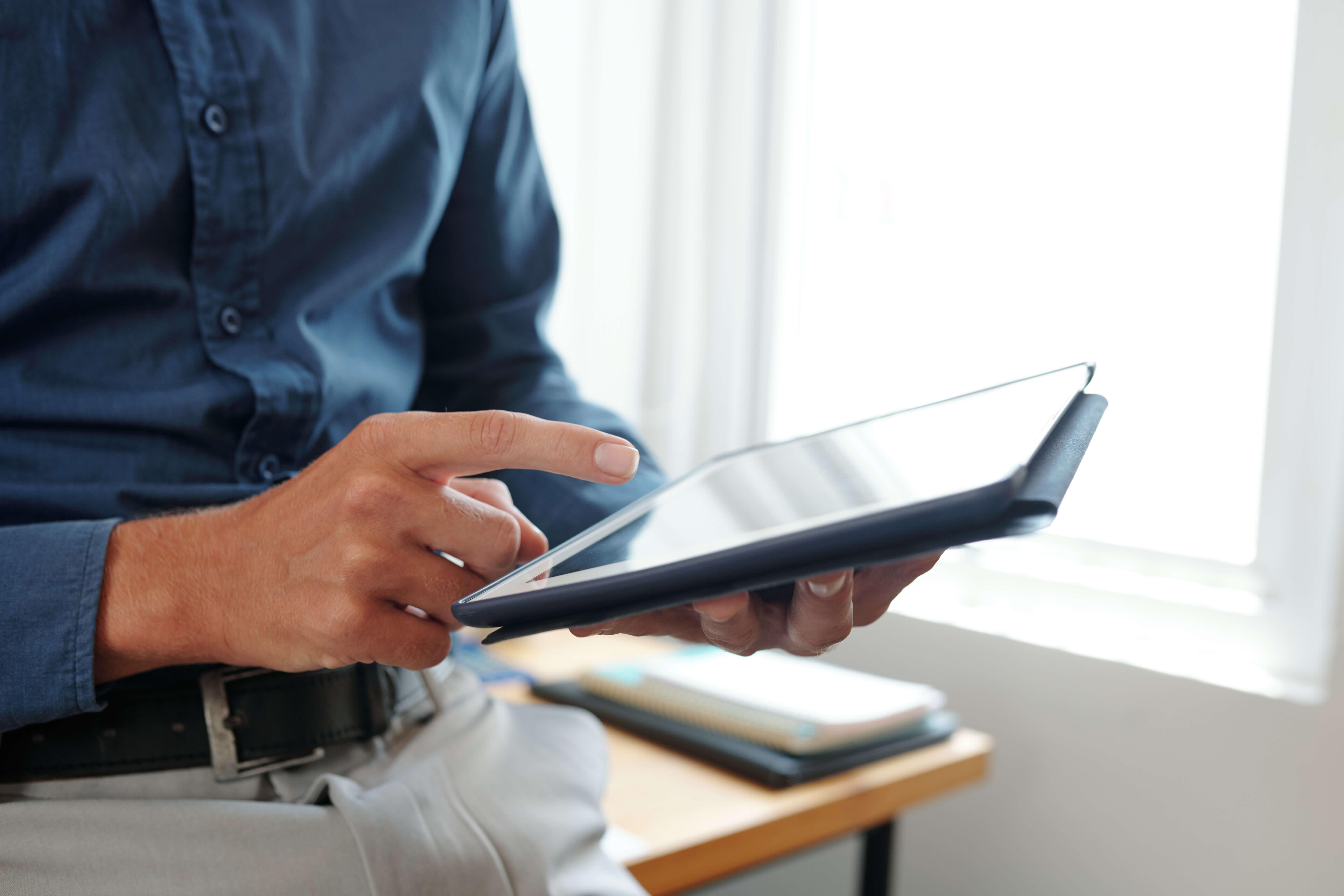 entrepreneur answering e mails S2QHVWX